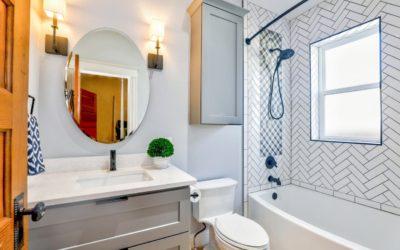 3 proste, ale efektowne sposoby rozmieszczenia kinkietów łazienkowych