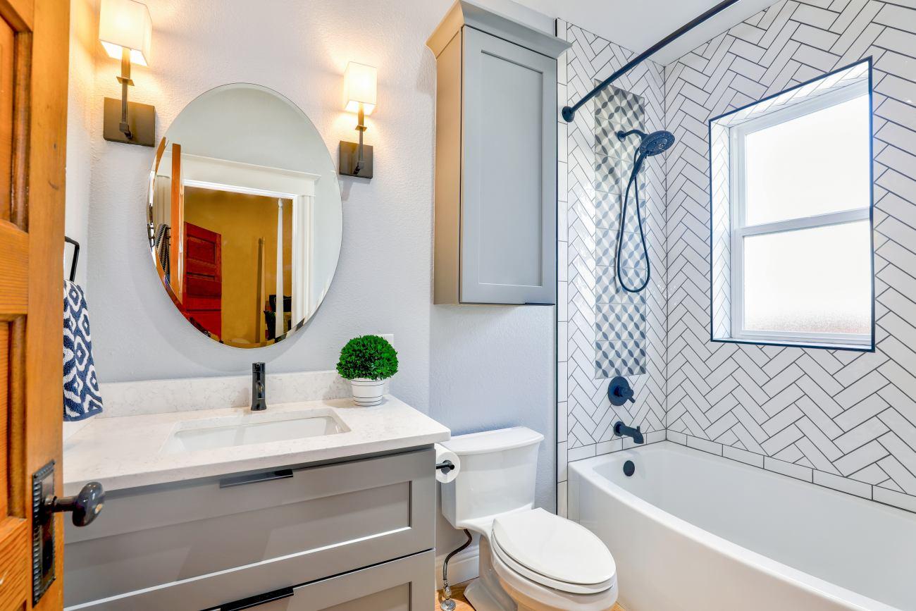 Kilka prostych i efektywnych sposobów na rozmieszczenie kinkietów w łazience
