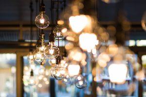 Lampa żarówka w industrialnym wnętrzu