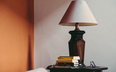 Jak odnowić starą lampę z abażurem i zyskać modny dodatek do domu? Poradnik