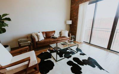 Szukasz praktycznej ozdoby salonu? Sprawdź, jak wybrać lampę z abażurem